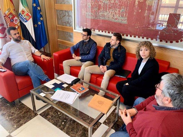 Reunión del alcalde con la Asociación Jóvenes Cofrades de Cáceres