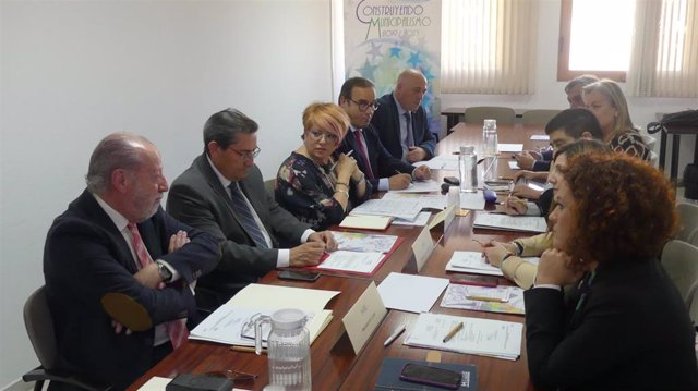 Fernando Rodríguez Villalobos asiste a la constitución de la subcomisión de Presidencias de Diputaciones Provinciales que se ha celebrado en la sede de la FAMP