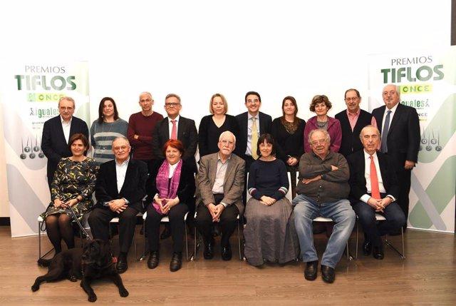 Foto de los premiados junto a los miembros del jurado