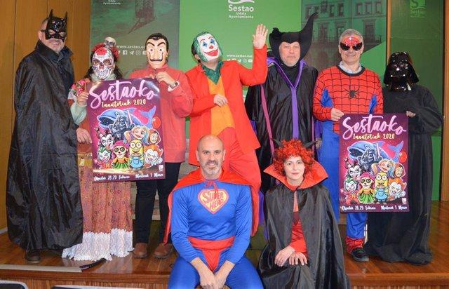 Presentación de los Carnavales de Sestao, con los representantes de los grupos políticos del Ayuntamiento disfrazados de superhéroes y villanos.