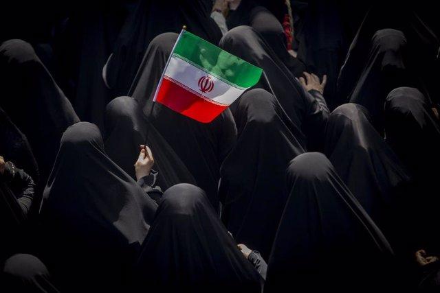Mujeres con una bandera de Irán
