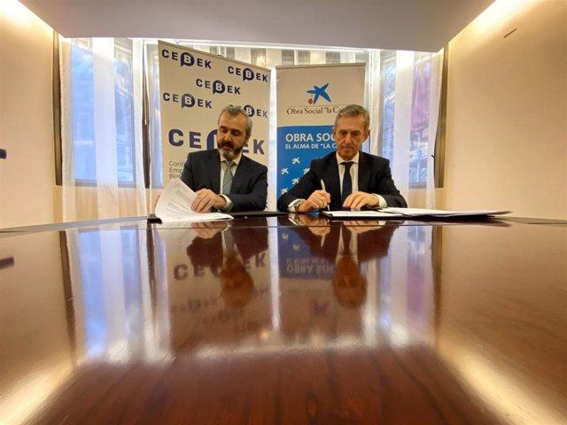 El presidente de Cebek, Iñaki  Garcinuño, y el director Territorial Norte de CaixaBank, Juan Pedro Badiola, firman el acuerdo de colaboración para favorecer el empendimiento