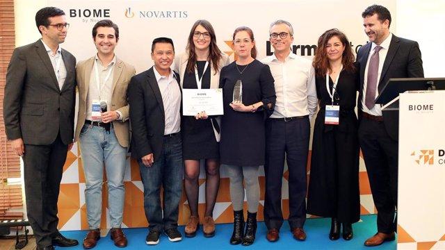 El equipo de Novartis con los ganadores del Derrma Pitch Competition.