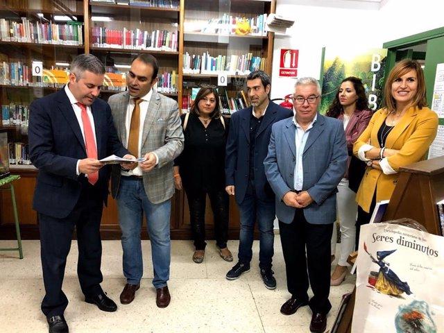 El delegado territorial de Educación y Deporte, Antonio Sutil, acompañado por el director del IES Los Cerros, Antonio Jesús Ortiz, y el resto del equipo directivo del centro, seleccionado para impartir del Bachillerato Bilingüe en la provincia de Jaén.