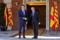 Sonrisas y charlas animadas en el recibimiento de Sánchez y sus ministros a la delegación de la Generalitat