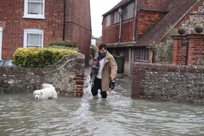 """R.Unido.- Corbyn critica la respuesta dada por Johnson a las inundaciones y lo llama """"primer ministro a tiempo parcial"""""""