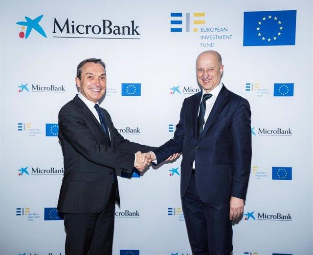 Alessandro Tappi, director de Inversiones y Garantías del FEI, y Juan Carlos Gallego, presidente de MicroBank, en la firma del acuerdo para impulsar la financiación de proyectos de emprendedores y empresas-