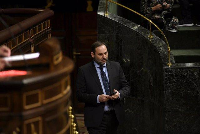 El ministro de Transportes, Movilidad y Agenda Urbana, José Luis Ábalos, a su llegada al hemiciclo del Congreso de los Diputados