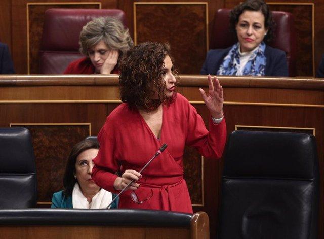 La portavoz del Gobierno y ministra de Hacienda, María Jesús Montero, interviene en la sesión plenaria en el Congreso
