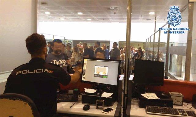 Foto de archivo de un control de pasajeros de la Policía en un aeropuerto