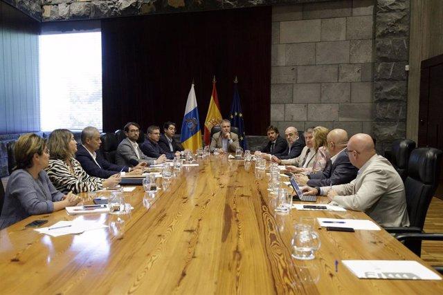 El presidente de Canarias, Ángel Víctor Torres, preside una reunión con patronales empresariales e instituciones para coordinar acciones que eviten dañar la imagen de Canarias