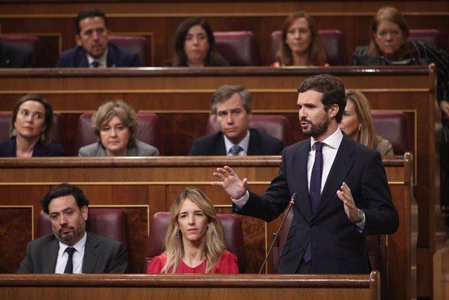 El líder del Partido Popular, Pablo Casado, pregunta al  jefe del Ejecutivo, Pedro Sánchez, en la sesión de control al Gobierno celebrada en el Congreso.
