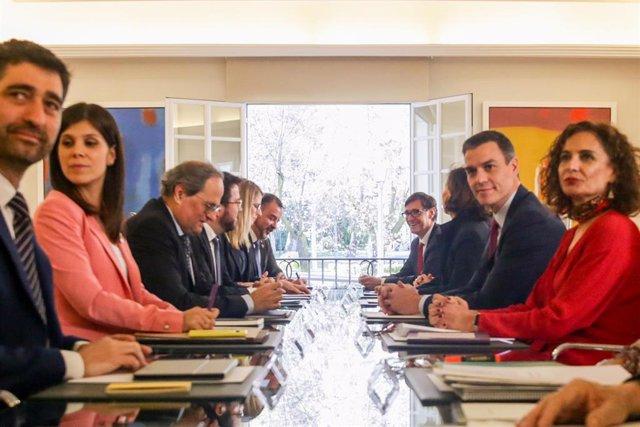 Primera reunión de la mesa de diálogo encabezada por el presidente del Gobierno, Pedro Sánchez (2d); y el president de la Generalitat, Quim Torra (3i)