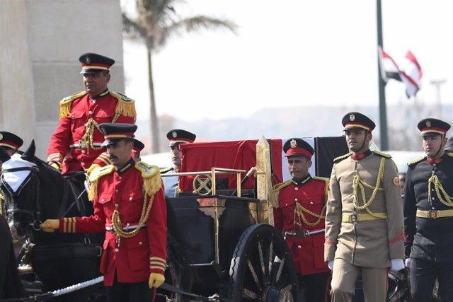 El ataúd con el cuerpo del expresidente de Egipto Hosni Mubarak durante su funeral militar