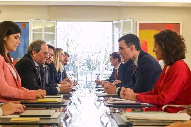 Primera reunión de la mesa de diálogo encabezada por el presidente del Gobierno, Pedro Sánchez (2d); y el president de la Generalitat, Quim Torra (2i), en el Palacio de la Moncloa, en Madrid (España) a 26 de febrero de 2020.