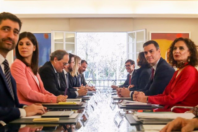 Primera reunión de la mesa de diálogo encabezada por el presidente del Gobierno, Pedro Sánchez (2d); y el president de la Generalitat, Quim Torra (3i), un acuerdo al que llegaron PSOE y ERC para que los segundos facilitaran con su abstención la investidur