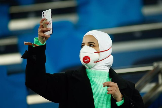 Una mujer con una mascarilla para evitar el contagio por coronavirus.
