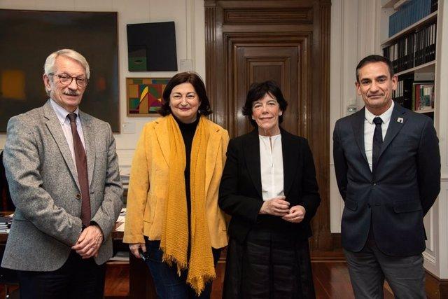 En el centro de la imagen, la consejera de Educación de Canarias, María José Guerra, y la ministra de Educación y Formación Profesional, Isabel Celaá, tras su reunión en el Ministerio.