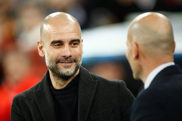 Pep Guardiola saluda a Zinédine Zidane antes del partido entre Real Madrid y Manchester City