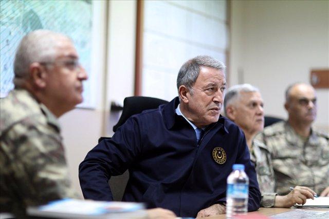 El ministro de Defensa turco, el general Hulusi Akar, acompañado por altos mandos militares turcos