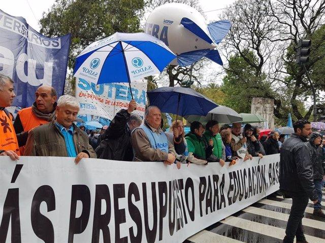 Sndicatos socentes en Argentina durante una manifestación en 2019 contra las políticas de recorte del Gobierno conservador de Mauricio Macri.