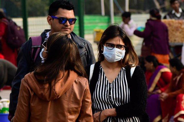 Algunos habitantes de Nueva Delhi han comenzado a utilizar mascarillas para evitar un hipotético contagio de coronavirus.