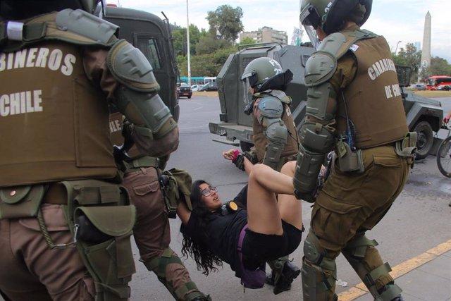 Carabineros detienen a una joven en Chile