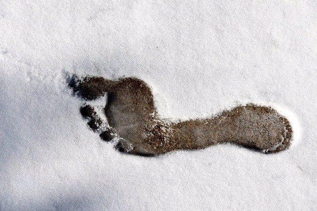 Huella de pie descalzo en la nieve.