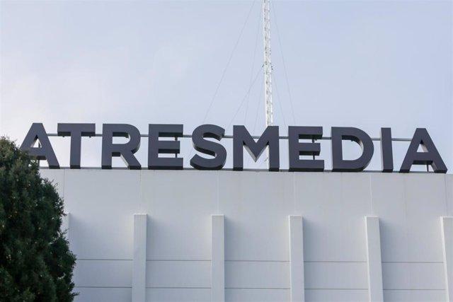 Letras de Atresmedia en lo alto de la sede del grupo de comunicación Atresmedia en San Sebastián de los Reyes, en Madrid (España) a 10 de febrero de 2020.