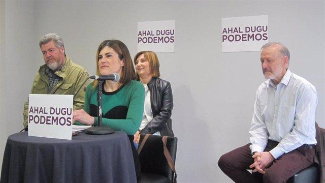 La candidata a las primarias de Podemos para optar a la Lehendakaritza Miren Gorrotxategi, junto a los diputados Juantxo López de Uralde, Pilar Garrido y Roberto Uriarte, en la presentación de la candidatura en Bilbao.