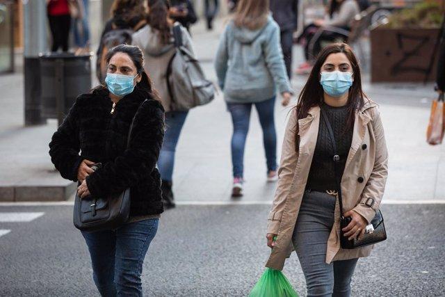 Dues dones amb mascaretes caminen per Barcelona el mateix dia en què es confirmen nous casos de pacients contagiats de coronavirus a Espanya, Barcelona (Espanya), 25 de febrer del 2020.