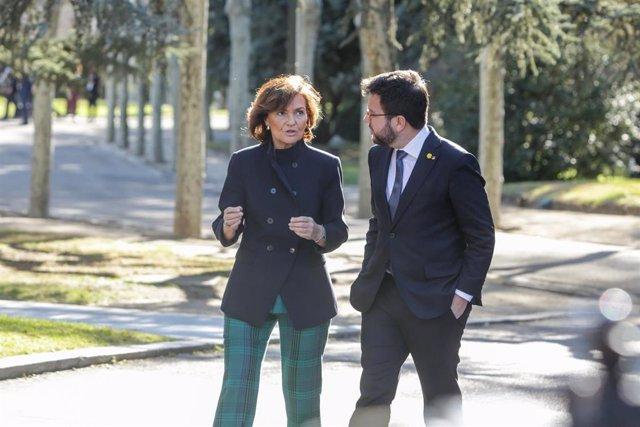 (I-D) La vicepresidenta primera, Carmen Calvo; y el vicepresident de la Generalitat, Pere Aragonès,  antes de la de la mesa de diálogo entre el Gobierno de España y el Govern de Catalunya