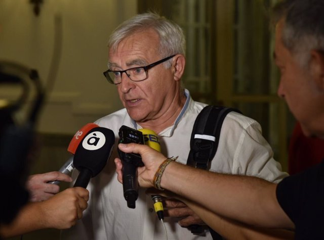 El alcalde de Valencia, Joan Ribó, atiende a los medios de comunicación en imagen de archivo