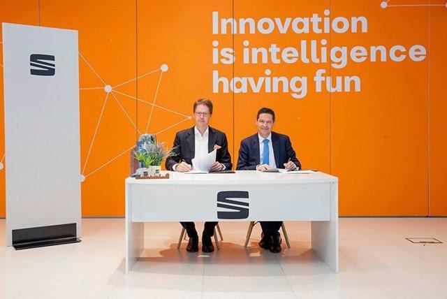 El director general del Iese, Franz Heukamp, y el vicepresidente de Recursos Humanos de Seat, Xavier Ros