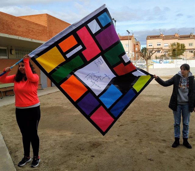 Estudiantes presentan una bandera creada para el 36 concurso escolar del Grupo Social ONCE