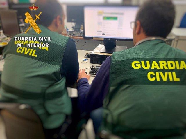 """Agentes de la Guardia Civil durante la investigación en la """"Operación Encaleta"""""""