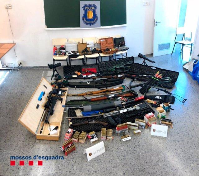 Imatges de l'arsenal d'armes que van intervenir els Mossos de Esquadra a Terrassa a Manuel Murillo, el veterà tirador que volia atemptar contra la vida de Pedro Sánchez.