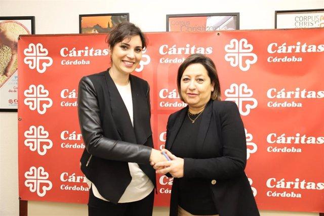 La responsable de Relaciones Externas de Mercadona en Córdoba y Jaén, Laura Cruz (izda.) y la secretaria general de Cáritas Diocesana en Córdoba, Laly Ramírez, durante su encuentro