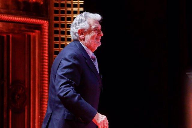 El tenor Plácido Domingo recibiendo el Premio a la Excelencia  en el Teatro de la Zarzuela en 2019