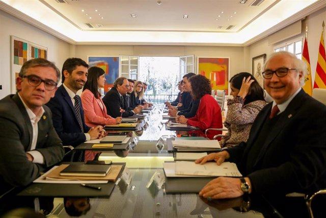 Primera reunión de la mesa de diálogo encabezada por el presidente del Gobierno, Pedro Sánchez (4d); y el president de la Generalitat, Quim Torra (4i).