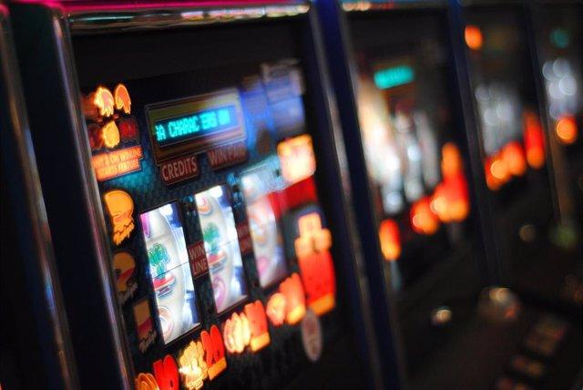 Máquina tragaperras en una sala de juegos