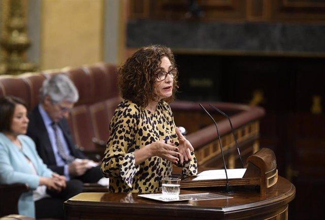 La ministra de Hacienda y portavoz del Gobierno, María Jesús Montero, interviene desde la tribuna del Congreso de los Diputados en la sesión plenaria en la que se examina la senda de estabilidad presupuestaria.