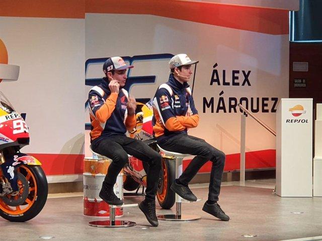 Los hermanos Marc y Álex Márquez atendiendo a los medios