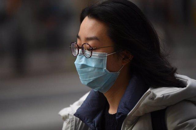 Una mujer con mascarilla para evitar un posible contagio.