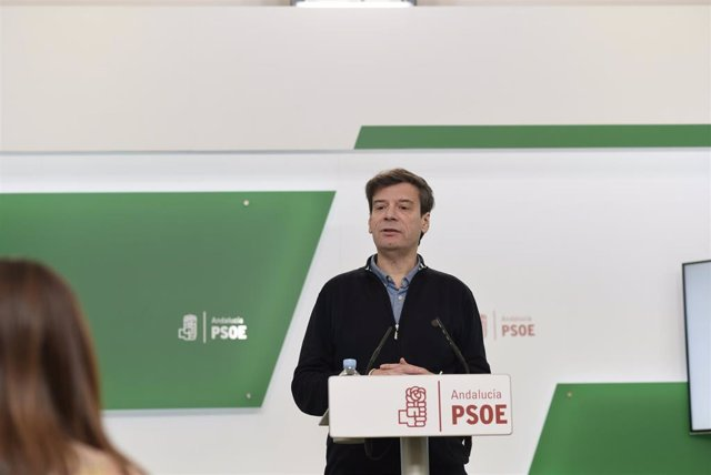 El portavoz de Presidencia del PSOE-A, Carmelo Gómez, en rueda de prensa en una imagen de archivo.