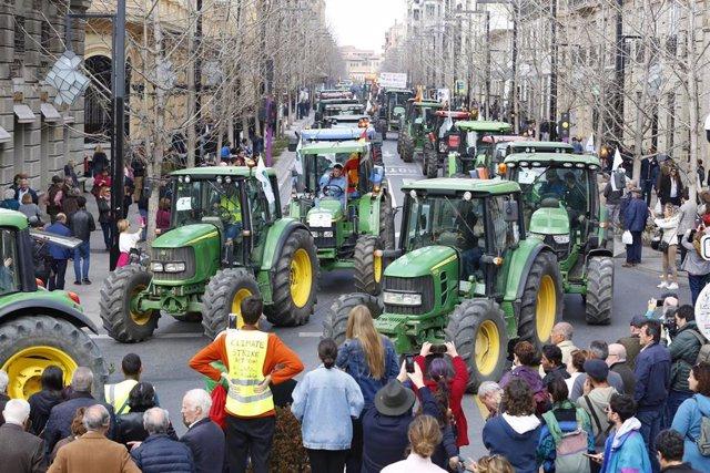 Imagen de los tractores circulando por la Gran Vía de Colon de Granada