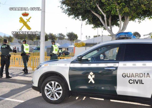 Agentes de patrulla de la Guardia Civil