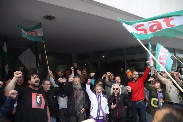 Sindicalistas del SAT en la puerta de los juzgados antes del juicio por el robo de alimentos en un supermercado en Écija.