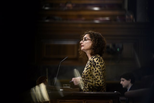 La ministra de Hacienda y portavoz del Gobierno, María Jesús Montero, interviene desde la tribuna del Congreso de los Diputados.