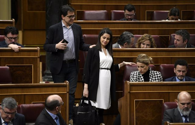 La portavoz de Ciudadanos en el Congreso, Inés Arrimadas, y el secretario general del grupo parlamentario, José María Espejo-Saavedra, a su llegada al Pleno de la Cámara Baja.